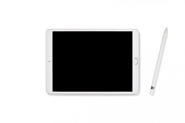 Tablettecomputer und bleistift getrennt auf weiß