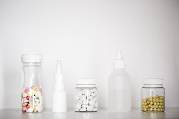 Tabletten in einer flasche.