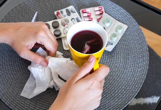 Tabletten, pillen und tee gegen grippe