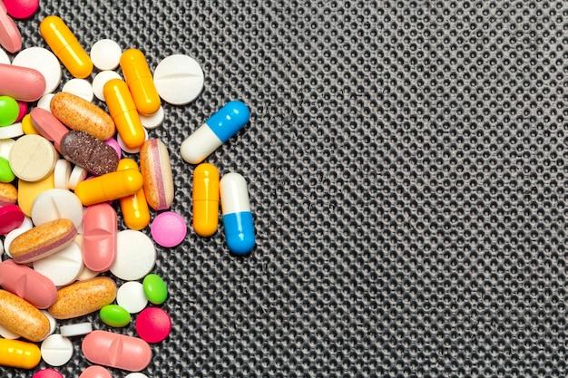 Tabletten und pillen auf dunklem hintergrund