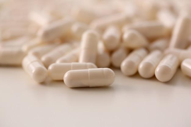 Tabletten verstreut auf dem tisch der