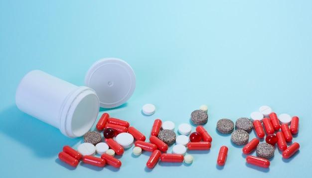 Tabletten von oben nach unten auf blauem hintergrund. persönliche schutzausrüstung