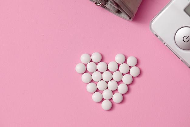 Tabletten werden in form eines herzens ausgelegt