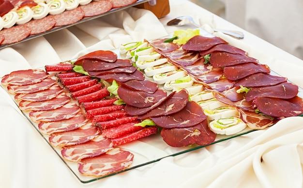 Tabletts mit gemischter salami und mozzarella