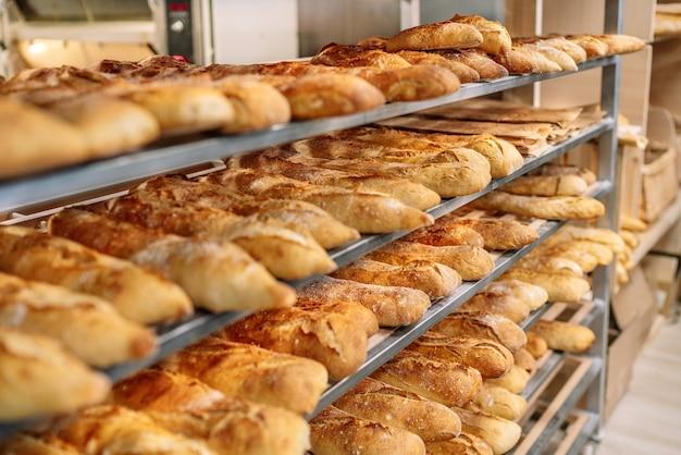 Tablettwagen voller brote in einer bäckerei direkt aus dem ofen