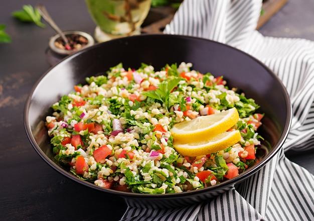 Taboulé-salat. traditionelles gericht aus dem nahen osten