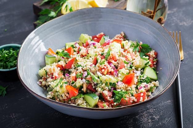 Tabouleh-salat. traditionelles nahöstliches oder arabisches gericht. levantinischer vegetarischer salat mit petersilie, minze, bulgur, tomate.