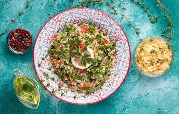Tabule - ein orientalischer salat neben den zutaten