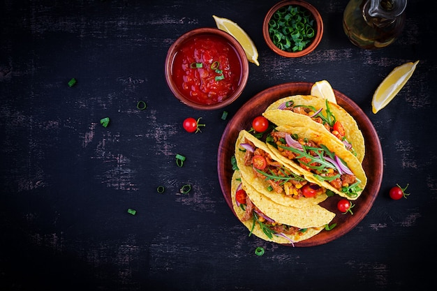 Taco. mexikanische tacos mit rindfleisch, mais und salsa. mexikanische küche. draufsicht, flache lage, kopierraum.