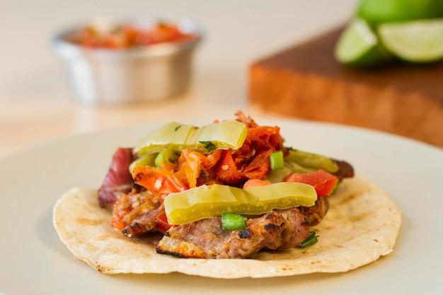 Taco-zutaten auf unverpackter tortilla