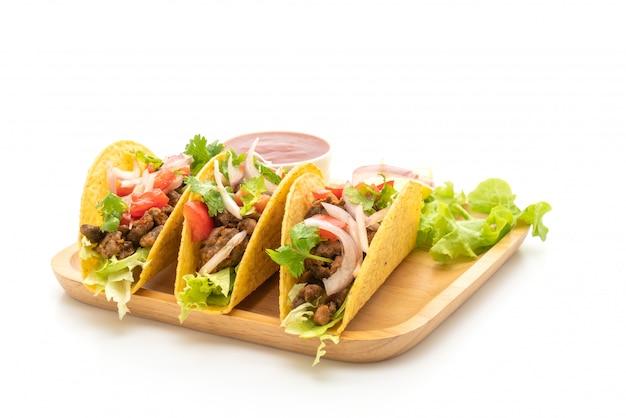 Tacos mit fleisch und gemüse, isoliert auf weiss