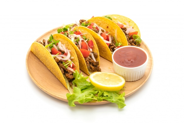 Tacos mit fleisch und gemüse isoliert