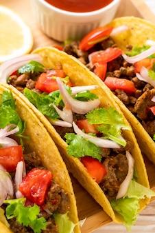Tacos mit fleisch und gemüse