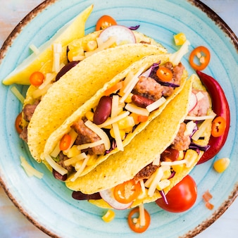 Tacos mit fleischfüller auf platte
