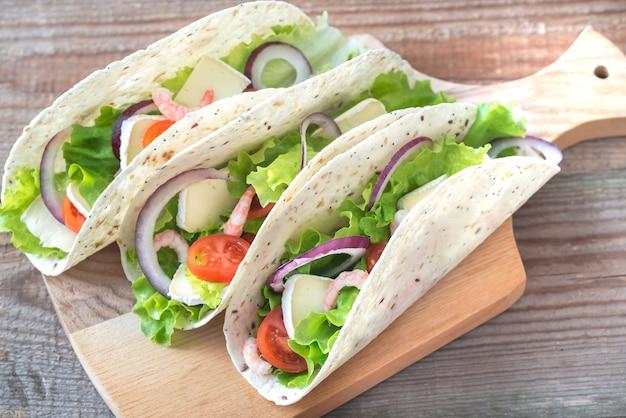 Tacos mit garnelen, brie und frischem gemüse