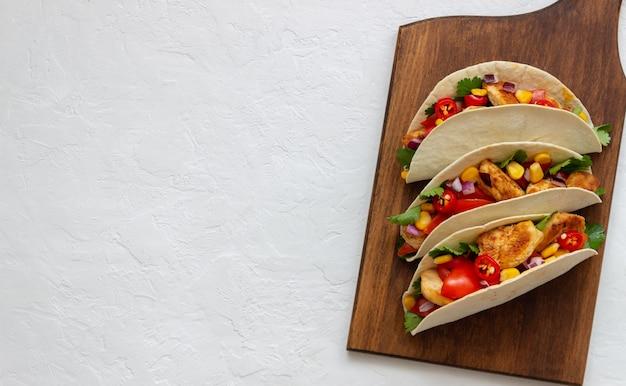 Tacos mit huhn, tomaten, mais und zwiebeln. mexikanische nahrung. fast food.