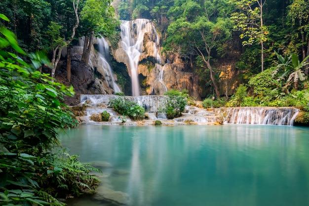 Tad kwang si waterfall im sommer, gelegen in der provinz luang prabang, laos