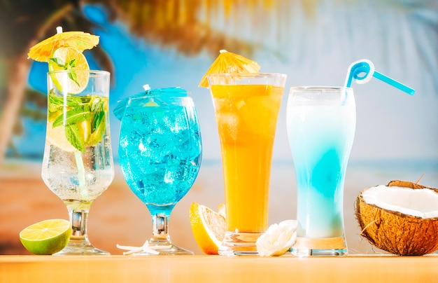 Tadellose blaue orangensaftgetränke und geschnittene kokosnuss der weißen blumen der zitrusfrucht