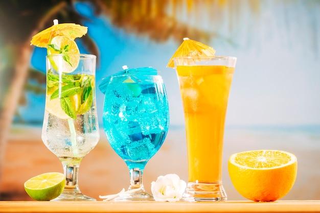 Tadellose blaue orangensaftgetränke und geschnittene weiße blüten der zitrusfrucht