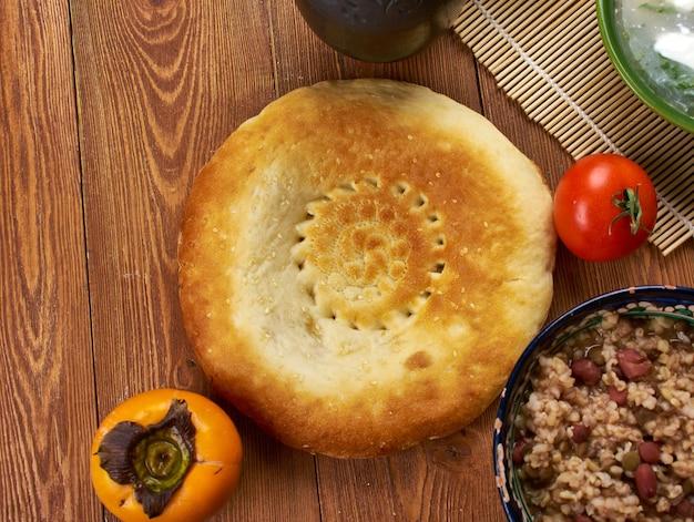 Tadschikische küche, kein fladenbrot in ganz zentralasien. , traditionelle verschiedene tadschikische gerichte, ansicht von oben.