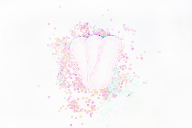 Tägliche damenbinden auf weißer perle