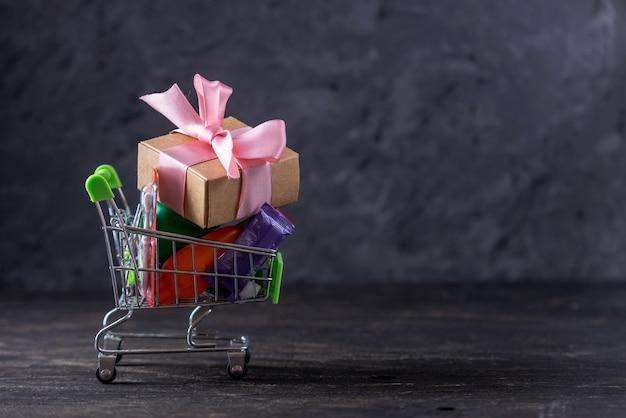 Tägliche einkäufe und geschenke im warenkorb