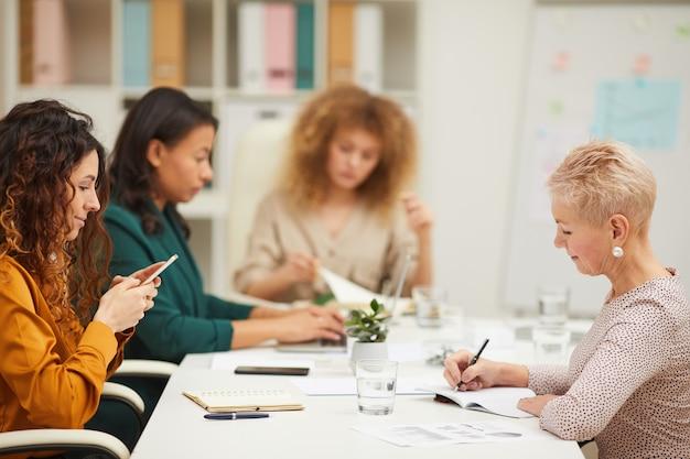 Tägliche routine für moderne büroangestellte