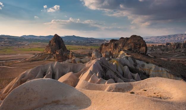Täler von kappadokien mit malerischen klippen und bergen in der türkischen landschaft