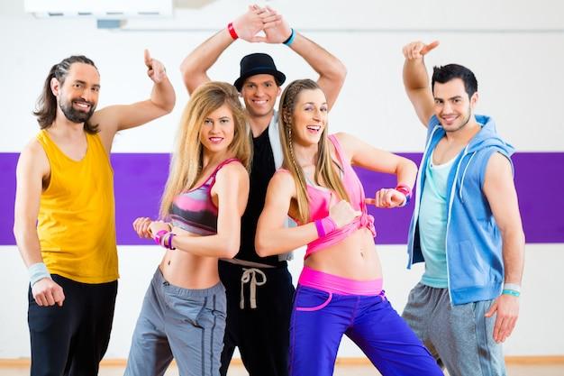 Tänzer am zumba-fitnesstraining im tanzstudio