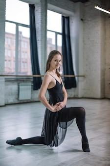 Tänzer, der im studio aufwirft