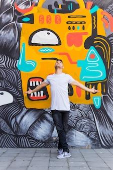 Tänzer, der vor graffitiwand aufwirft