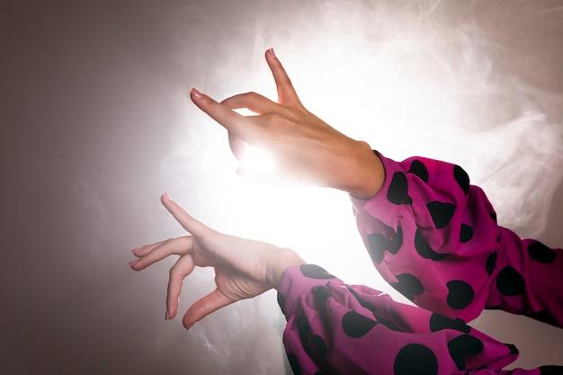Tänzerhände, die floreo durchführen
