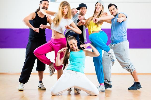 Tänzerin beim zumba fitnesstraining im tanzstudio