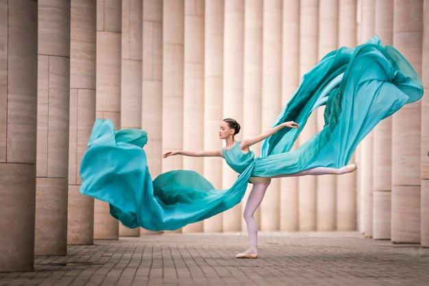 Tänzerin im fliegenden smaragdkleid