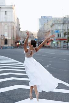 Tänzerin in der stadt unterwegs