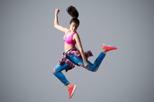 Tänzerin in hohem sprung