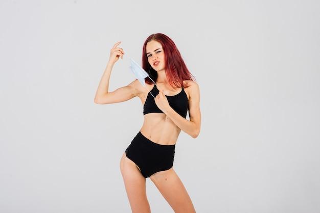 Tänzerin mit gesichtsmaske auf licht.