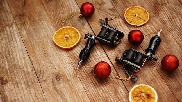 Tätowiermaschinen auf einem weihnachtshintergrund