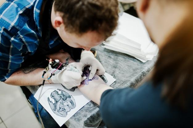 Tätowiermeister machen tätowierung für rockermann