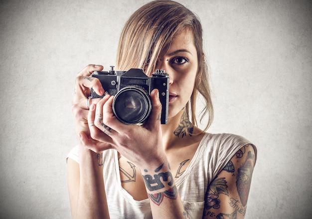 Tätowiertes mädchen mit einer kamera
