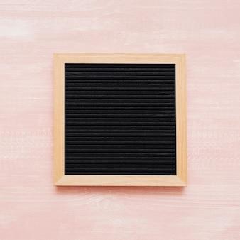 Tafel auf rosa holzuntergrund