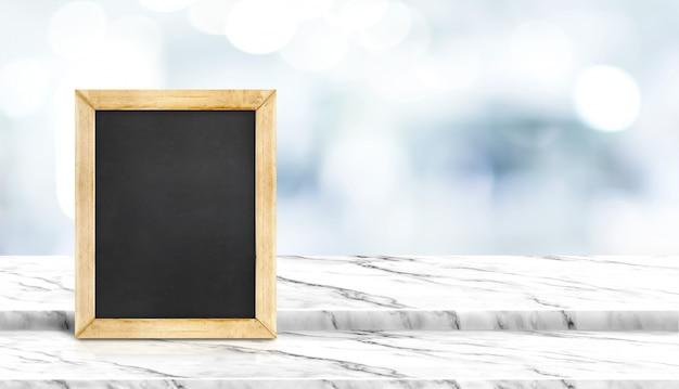 Tafel auf schritt weißer marmortischplatte mit unschärfepatient, der auf arzt im krankenhaus wartet