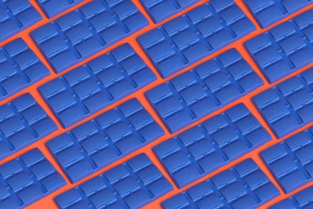 Tafel blaue schokolade auf einem orange hintergrund
