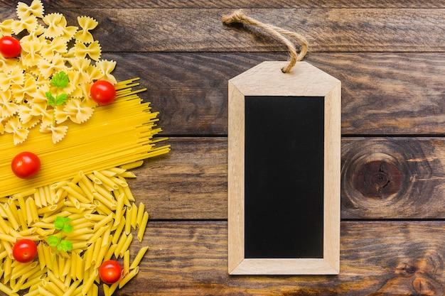 Tafel in der nähe von pasta zutaten
