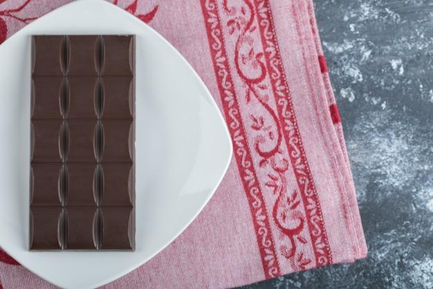 Tafel köstliche schokolade auf einem weißen teller.