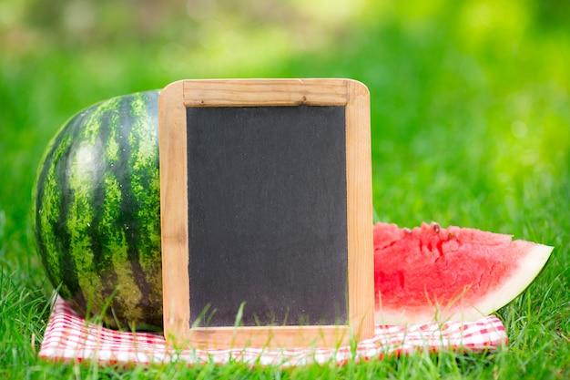 Tafel leere wassermelone im freien im sommerpark