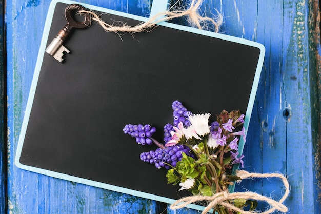Tafel mit blumen und schlüssel