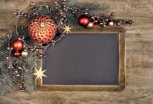 Tafel mit copyspacespace und weihnachtsdekorationen auf schwarzem