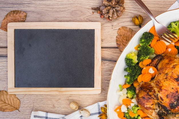 Tafel mit gebackenem huhn auf tabelle