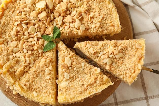 Tafel mit köstlichem napoleon-kuchen, draufsicht